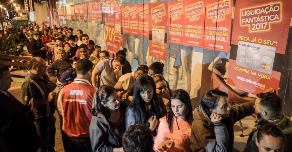 6.jan.2017 - Consumidores passam a madrugada na fila para participar de liquidação da rede varejista Magazine Luiza, em Franca, no interior de São Paulo, nesta sexta-feira (6). Os clientes começaram a formar fila no domingo (1º)