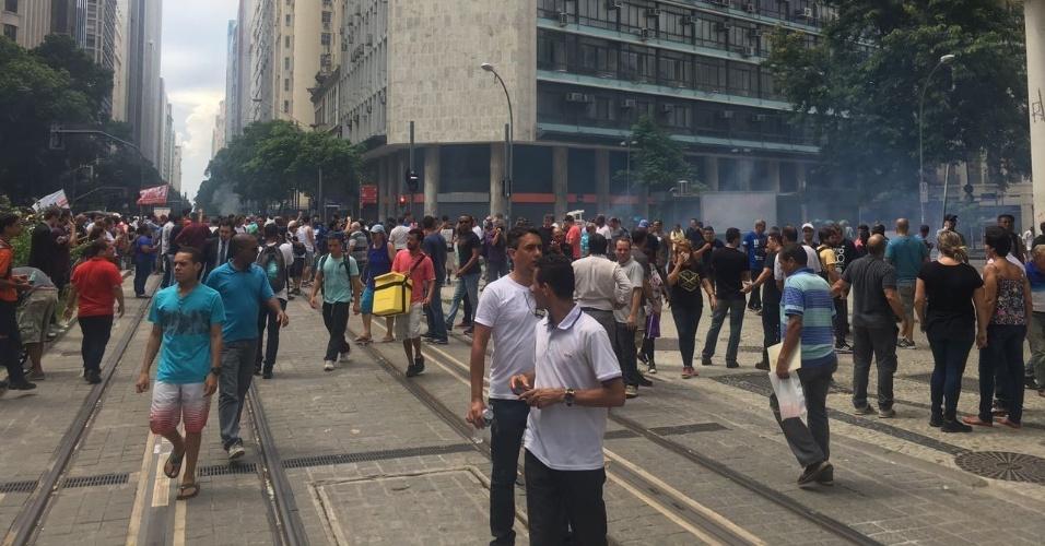1º.fev.2017 - Dispersão do protesto de servidores na Alerj (Assembleia Legislativa do Rio de Janeiro) após tumulto entre manifestantes e policiais militares chega até os trilhos do VLT, na avenida Rio Branco