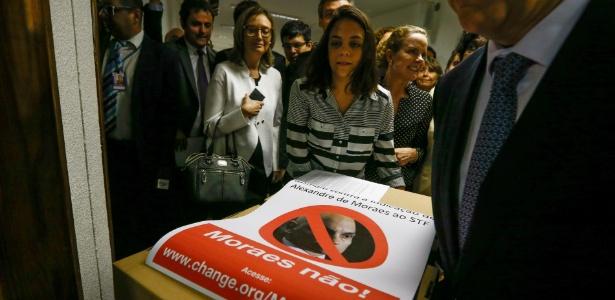Senadores e deputados da oposição, ao lado de estudantes da Faculdade de Direito da USP, participam da entrega de abaixo-assinado contra a indicação de Moraes ao STF