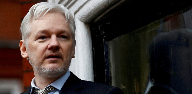 2.fev.2016 - Julian Assange faz pronunciamento na sacada da Embaixada do Equador no centro de Londres - Peter Nicholls/Reuters