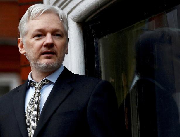 Em foto de arquivo, Assange fala da sacada da Embaixada do Equador em Londres
