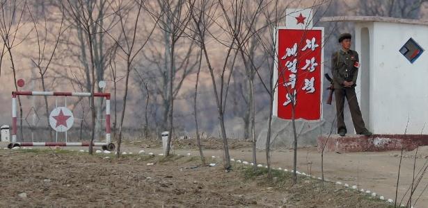 Soldado norte-coreano vigia portão em Sinuiju, na fronteira com a China