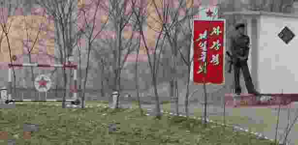 Soldado norte-coreano vigia portão em Sinuiju, na fronteira entre a China e a Coreia do Norte - Damir Sagolj/REUTERS