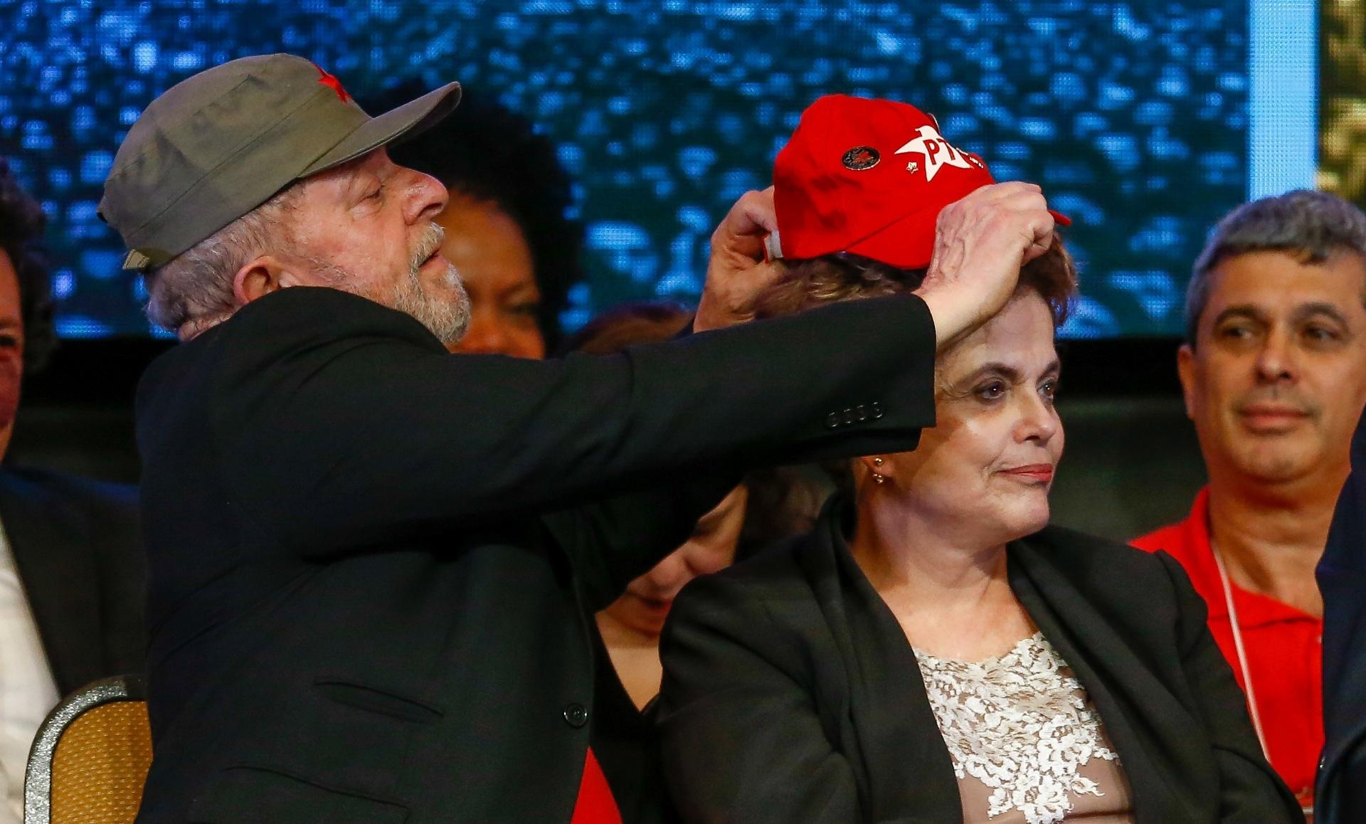 1.jun.2017 - Ex-presidente Luiz Inácio Lula da Silva coloca boné do PT na ex-presidente Dilma Rousseff em congresso nacional do partido