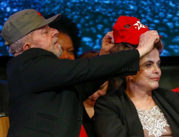 Ex-presidente Lula coloca boné do PT na ex-presidente Dilma durante congresso