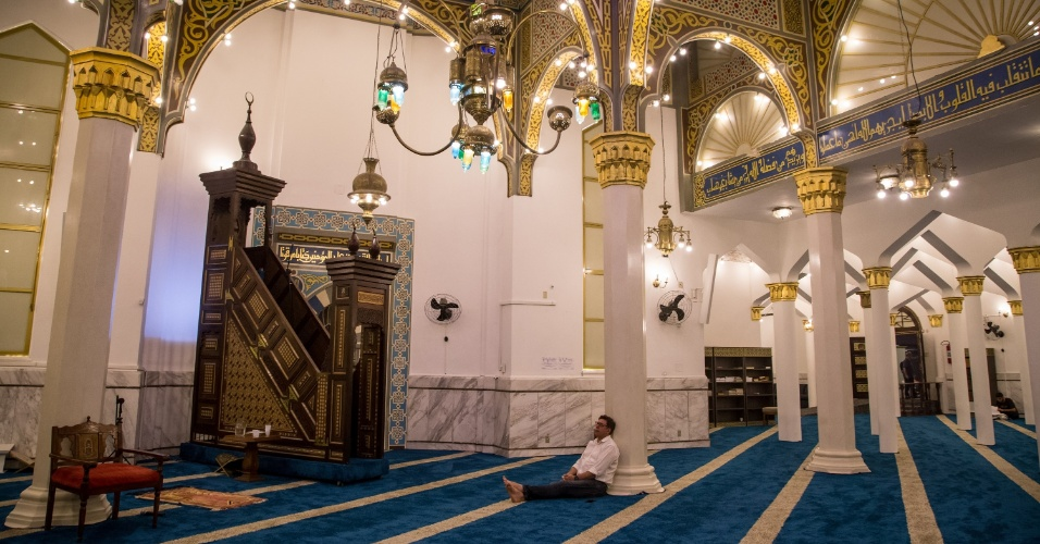 7.jun.2017 - Homem aguarda início da oração da quebra do jejum, na Mesquita Brasil, primeira mesquita surgida na América Latina, na região central de São Paulo