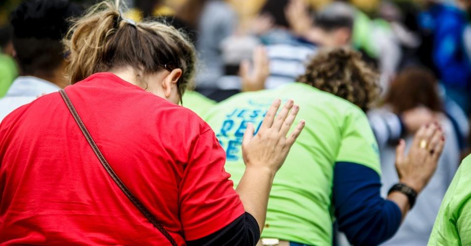 15.jun.2017 - Fiéis participam da 25º edição da Marcha para Jesus, na capital paulista. Diversos shows de música gospel ocorrem em palco montado próximo ao Campo de Marte