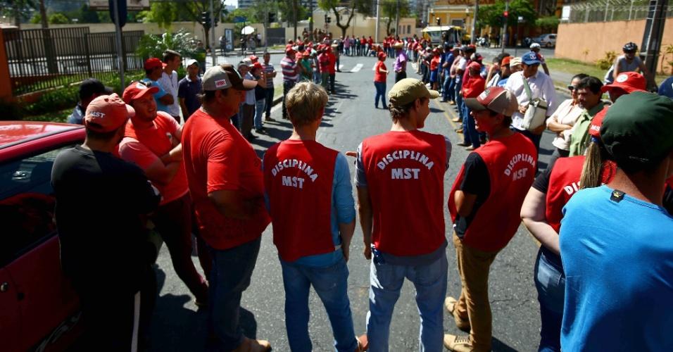 """13.set.2017 - Integrantes de movimentos sociais foram para Curitiba fazer vigília em frente à Justiça Federal e apoiar o ex-presidente Lula; a defesa de Lula classificou a denúncia como """"esdrúxula"""" e mais """"um atentado ao Estado de Direito"""""""
