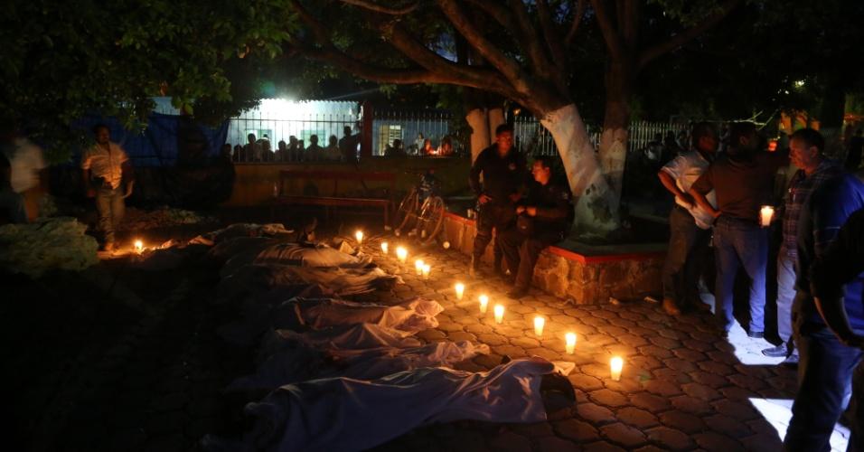 19.set.2017 - Velas são acesas diante de vítimas de terremoto em Atzala, no Estado de Puebla
