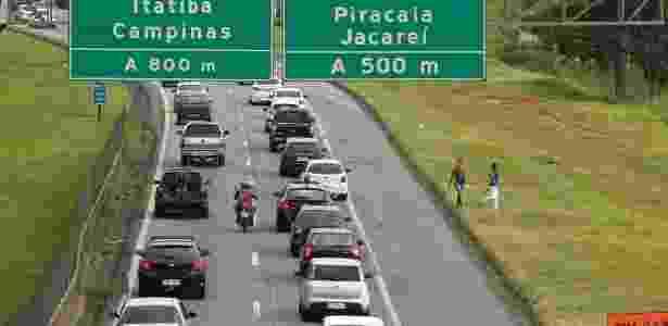 23.dez.2017 - Movimento intenso de veículos na pista sul da Rodovia Fernão Dias (BR- 381), no sentido SP-MG, em Atibaia, no interior de São Paulo, na saída para feriado de Natal - LUIS MOURA/WPP/ESTADÃO CONTEÚDO