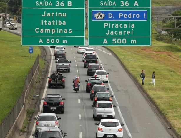 23.dez.2017 - Movimento intenso de veículos na pista sul da Rodovia Fernão Dias (BR- 381), no sentido SP-MG, em Atibaia, no interior de São Paulo, na saída para feriado de Natal