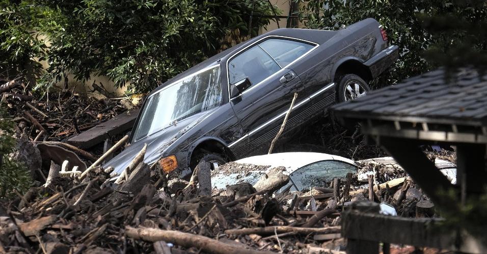 9.jan.2018 - Carros empilhados e destruídos pelos deslizamentos de terra em Montecito, na Califórnia
