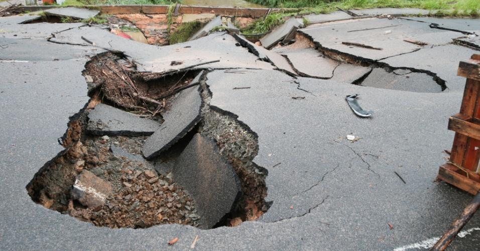 11.jan.2018 - Trecho da SC-401 onde o asfalto cedeu por conta das fortes chuvas que atingem Florianópolis. A prefeitura da capital catarinense decretou situação de emergência e orienta os moradores a não saírem de casa