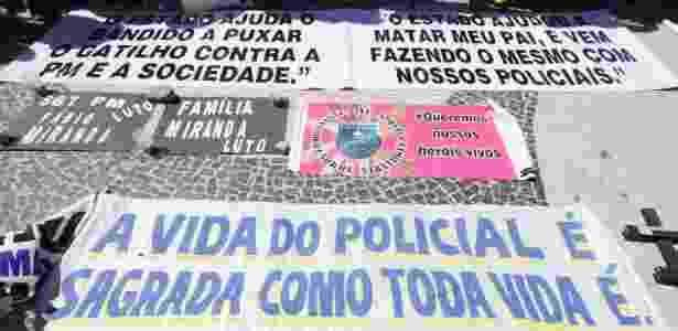 Faixas levadas à praia de Copacabana, na zona sul do Rio - José Lucena/Futura Press/Estadão Conteúdo - José Lucena/Futura Press/Estadão Conteúdo