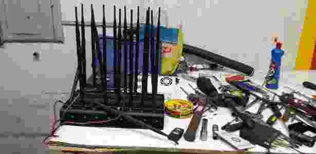 Foram encontradas ferramentas e maquinários para o desmanche dos carros - Divulgação/Deic