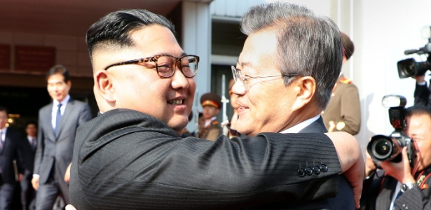 Líderes norte e sul-coreanos se abraçam depois da segunda cúpula entre os dois países