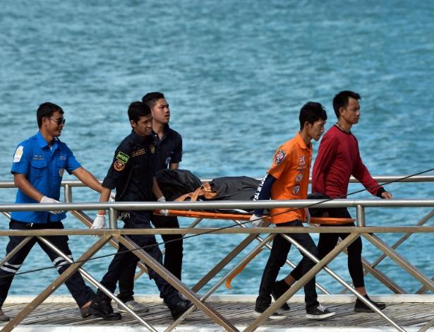 6.jul.18 - Equipes de resgate carregam corpo de vítima de naufrágio - Sooppharoek Teepapan/Reuters