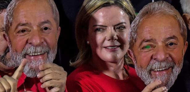 4.ago.2018 - Presidente do PT, senadora Gleisi Hoffmann, segura máscara com o rosto do ex-presidente Lula na convenção do partido que o oficializou como candidato