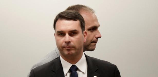 Flávio Bolsonaro (na frente) teve aumento de 55% no patrimônio; Eduardo, de 432%