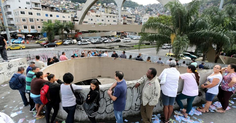 Eleitores esperam para votar neste domingo (7) no Rio de Janeiro