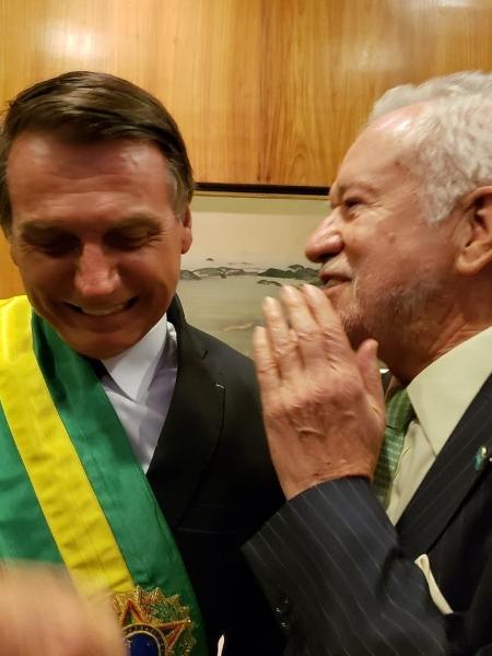O jornalista Alexandre Garcia, recém saído da TV Globo, postou foto ao lado de Jair Bolsonaro no dia da posse presidencial - Reprodução/Twitter