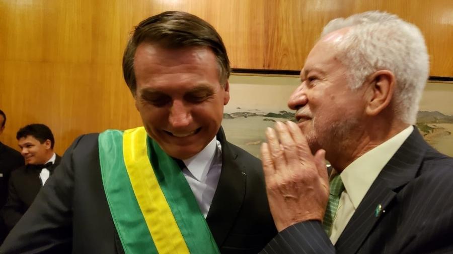 Alexandre Garcia tira foto com Jair Bolsonaro no dia da posse presidencial - Reprodução/Twitter/alexandregarcia