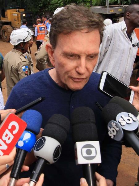 7.fev.2019 - Crivella fala a jornalistas durante buscas por vítimas de ônibus soterrado no Vidigal - Jose Lucena/Futura Press/Estadão Conteúdo