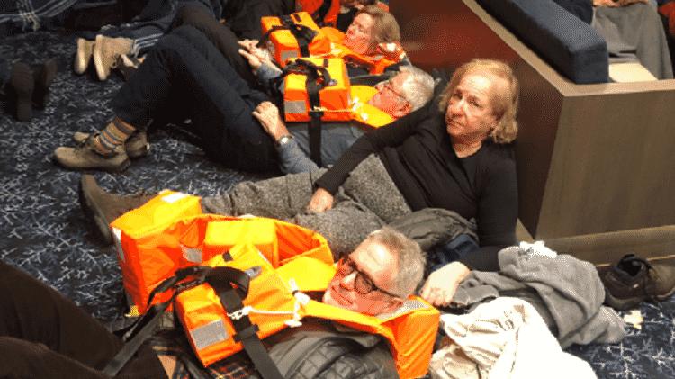 Passageiros aguardando resgate em cruzeiro na Noruega - Reprodução - Reprodução