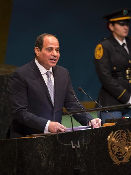 Presidente egípcio, Abdel Fattah al-Sisi, ordenou neste domingo (28) que equipes se preparem para remoção dos contêineres da embarcação - Dave Sanders/The New York Times