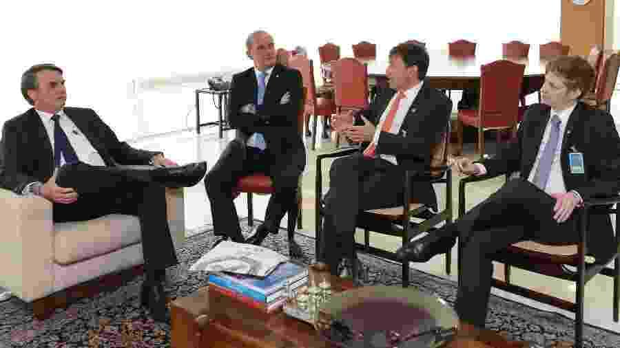 Jair Bolsonaro durante reunião com Onyx Lorenzoni, ministro da Casa Civil; João Amoêdo, presidente do Novo, e o deputado Marcel Van Hattem, líder do Novo na Câmara - Marcos Corrêa/PR
