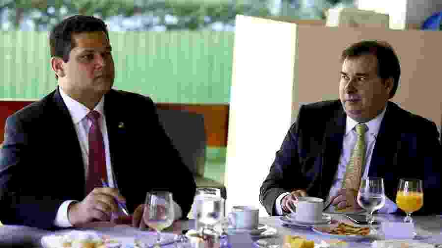 8.mai.2019 - Os presidentes do Senado, Davi Alcolumbre (à esq.), e da Câmara dos Deputados, Rodrigo Maia, durante reunião com governadores e parlamentares, na residência oficial do Senado - Marcelo Camargo/Agência Brasil