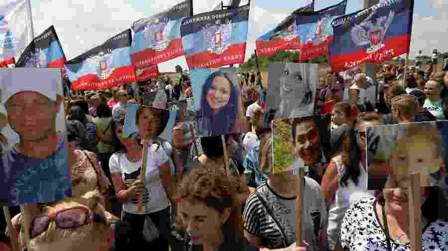 Parentes das vítimas da queda do voo MH17 da Malaysia Airlines participam de cerimônia de aniversário de cinco anos da tragédia - Alexander Ermochenko/Reuters