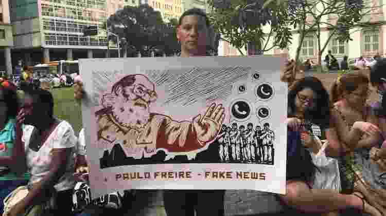 O artista plástico Alex Frechetti segura cartaz sobre Paulo Freire em manifestação na Candelária, no Rio - Marina Lang/UOL