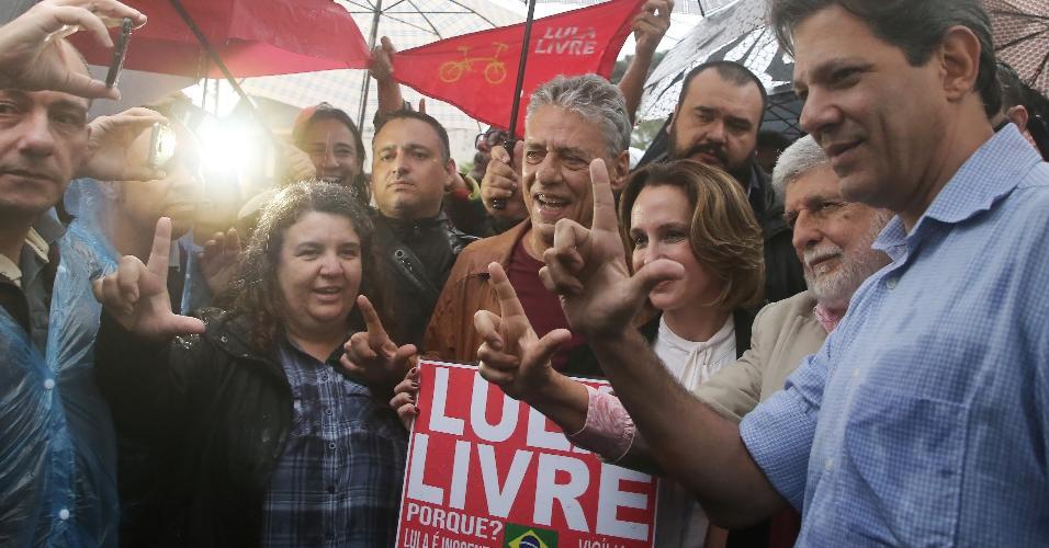 Chico Buarque visita Lula na carceragem da Superintendência Polícia Federal em Curitiba