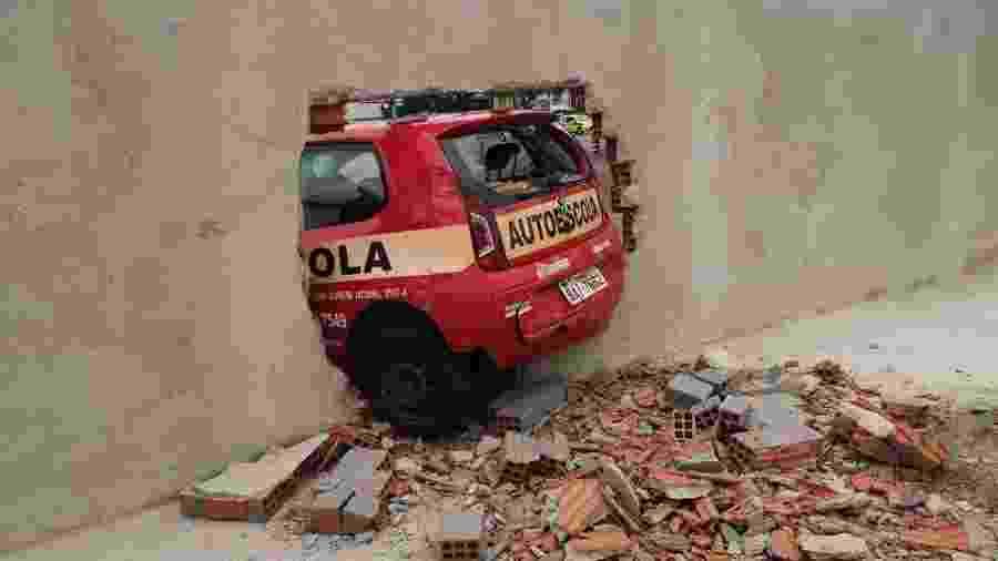 Aluna de autoescola destrói muro do Detran-PR - Divulgação/Detran-PR
