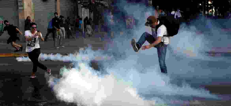 Manifestantes protestam contra aumento no valor da passagem de metrô em Santiago, no Chile - Carlos Vera/Reuters