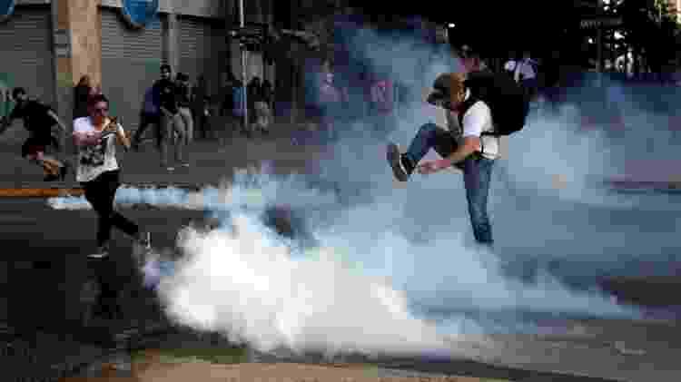 Manifestantes protestam contra aumento no valor da passagem de metrô em Santiago, no Chile - Carlos Vera/Reuters - Carlos Vera/Reuters