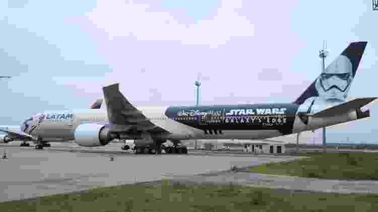 - stormtropper plane da latam no aeroporto de guarulhos 1572619642781 v2 750x421 - Aviões são pintados de Millennium Falcon e mostram vídeos de Star Wars