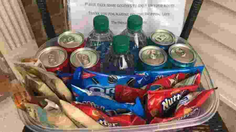 Família nos Estados Unidos deixa guloseimas para entregadores durante época de Natal - Reprodução/Kathy Ouma