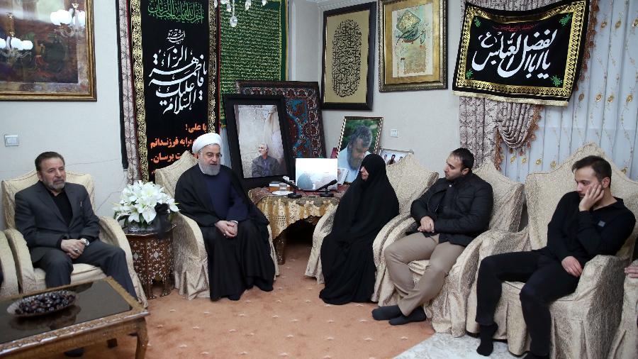 Foto oficial do presidente do Irã, Hassan Rouhani, segundo à esquerda, durante encontro com a família do general Qasem Soleimani hoje, em Teerã - Presidência do Irã/Reuters