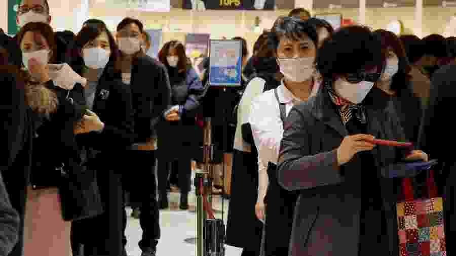Pessoas fazem fila para comprar máscara em loja de Seul - HEO RAN