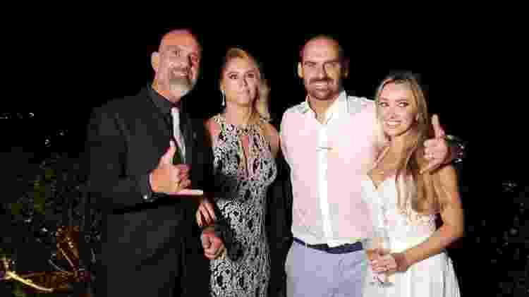25.mai.2019 - Pastor Pedrão (à esquerda) posa com o deputado Eduardo Bolsonaro e a mulher dele, Heloísa Wolf, no dia do casamento - Reprodução/Facebook