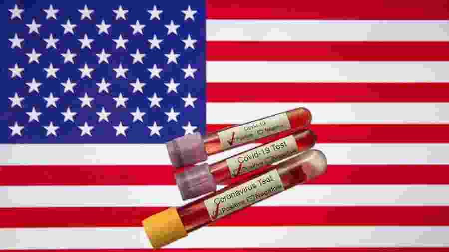 Bandeira dos Estados Unidos (EUA) junto a testes do novo coronavírus - Mehmet Emin Menguarslan / Anadolu Agency