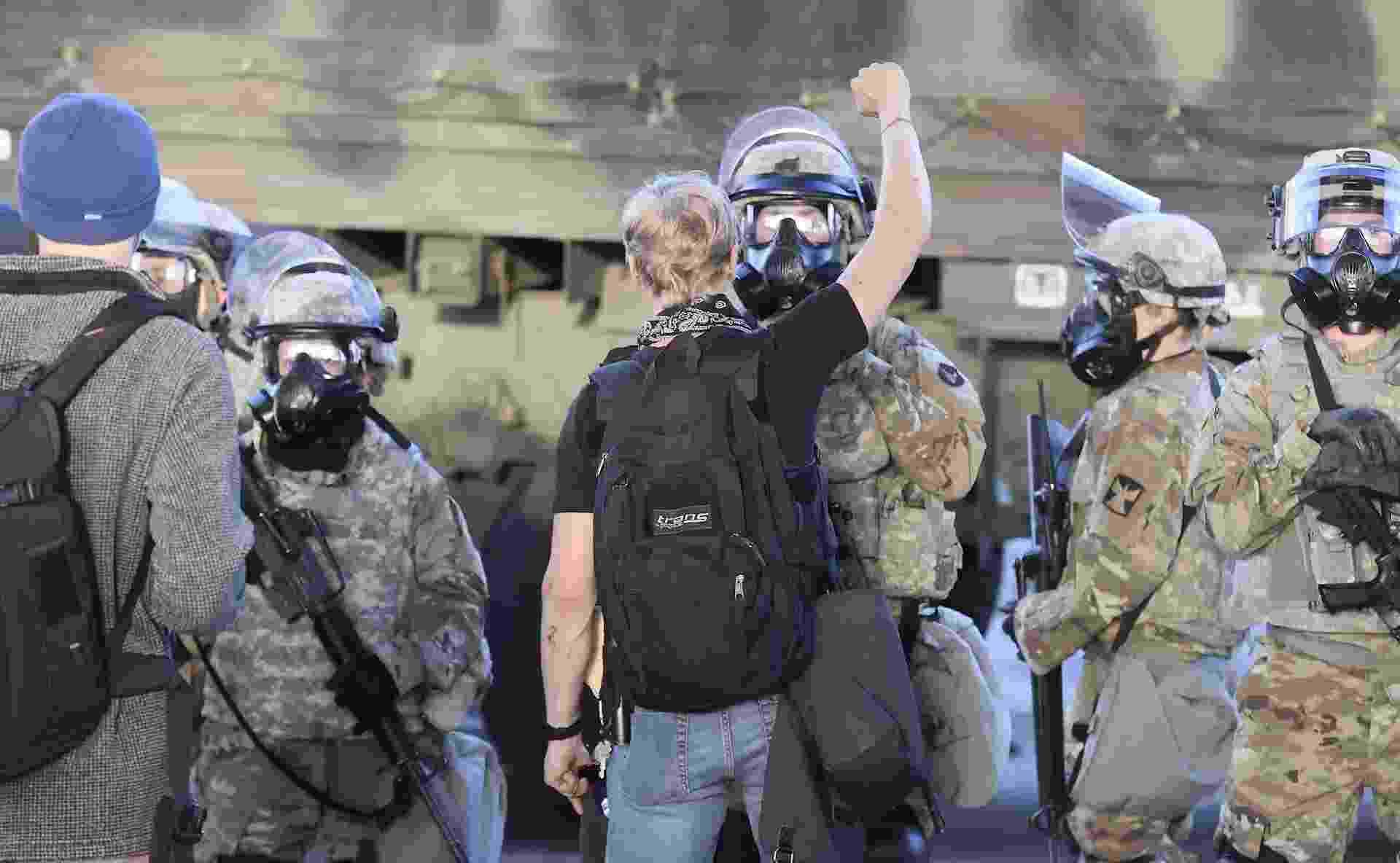 29.mai.2020 - Manifestante ergue o braço em frente a agentes da Guarda Nacional em Minneapolis no quarto dia de protestos pela morte de George Floyd - Tannen Maury/Efe
