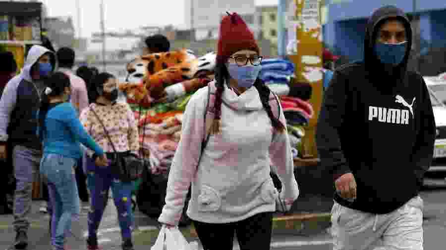 Pessoas usam máscara em Lima, capital do Peru - Xinhua/Mariana Bazo