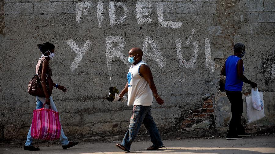 13.jun.2020 - Cubanos usam máscara como prevenção ao novo coronavírus - Yamil Lage - 13.jun.2020/AFP