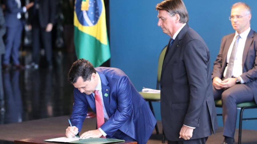 Daniel Macedo Pereira assina termo de posse no cargo de diretor da Defensoria Pública da União ao lado do presidente Jair Bolsonaro (sem partido) - Defensoria Pública da União