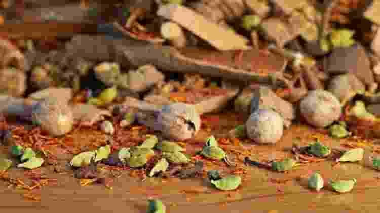Todos os ingredientes do incenso de Nado são orgânicos, e grande parte deles é colhido por pastores nômades de iaques nos Himalaias - SIMON URWIN - SIMON URWIN