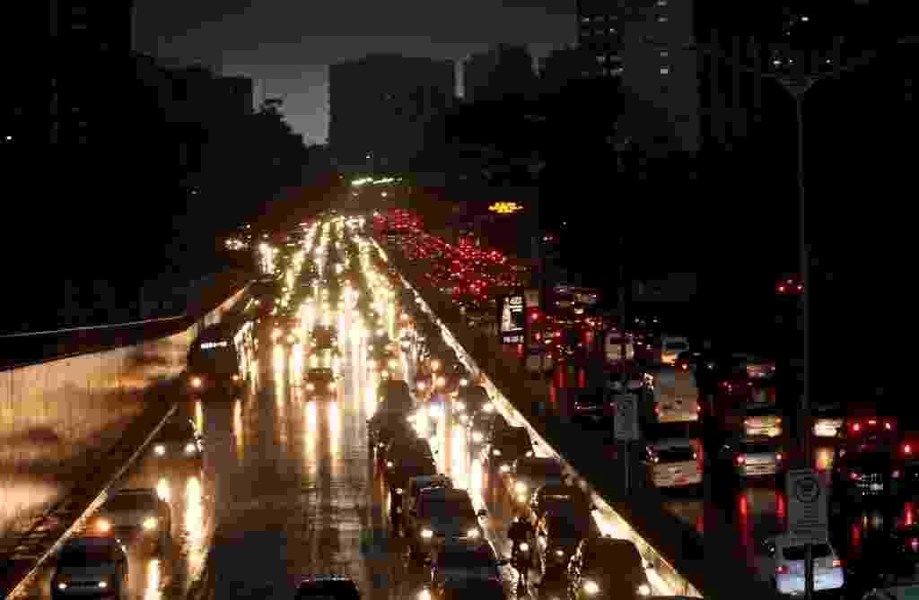 8.set.2015 - Forte chuva na tarde dessa terça-feira causa trânsito e alagamentos na avenida 23 de Maio - Ernesto Rodrigues/Folhapress