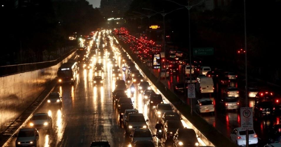 8.set.2015 - Forte chuva na tarde dessa terça-feira causa trânsito e alagamentos na avenida 23 de Maio